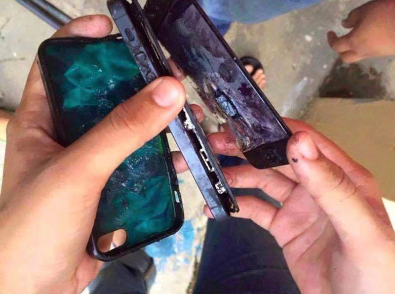 dùng điện thoại đang sạc pin